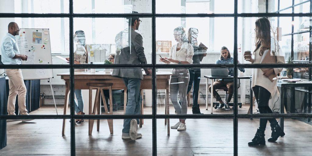 Arbeitsplatz 4.0: Effizienz = Workplace + Freiraum. Im strategischen Arbeitsplatzdesign steckt jede Menge Potenzial zur Steigerung des Unternehmenserfolgs.